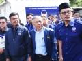 Sekjen Partai Nasdem Johnny G Plate (kedua kiri) bersama sejumlah fungsionaris partai berjalan memasuki kantor KPU Pusat untuk melakukan pendaftaran Pemilu 2019 di Jakarta, Jumat (13/10/2017). Partai Nasdem secara resmi mendaftar sebagai peserta Pemilu 2019. (ANTARA FOTO/Akbar Nugroho Gumay)