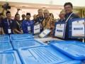 Sekjen Partai Nasdem Johnny G Plate (kanan) bersama Ketua KPU Arief Budiman (kedua kanan) menunjukkan berkas pendaftaran Pemilu 2019 di KPU Pusat, Jakarta, Jumat (13/10/2017). Partai Nasdem secara resmi mendaftar sebagai peserta Pemilu 2019. (ANTARA FOTO/Akbar Nugroho Gumay)