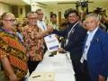 Sekjen Partai Nasdem Johnny G Plate (kedua kanan) menyerahkan berkas pendaftaran partai kepada Ketua KPU Arief Budiman (kedua kiri) di KPU Pusat, Jakarta, Jumat (13/10/2017). Partai Nasdem secara resmi mendaftar sebagai peserta Pemilu 2019. (ANTARA FOTO/Akbar Nugroho Gumay)