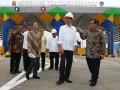 Presiden Joko Widodo (kedua kanan) didampingi Seskab Pramono Anung (kanan) Menteri BUMN Rini Soemarno (ketiga kiri) Menteri PUPR M Basuki Hadimuljono (ketiga kanan) Gubernur Sumatera Utara T Erry Nuradi (kedua kiri) dan Dirut PT Jasa Marga Desi Arryani (keempat kiri) melihat gerbang Jalan Tol Kualanamu, disela-sela peresmian Jalan Tol Medan-Kualanamu-Tebing Tinggi dan Medan-Binjai, di Deli Serdang, Sumatera Utara, Jumat (13/10/2017). Peresmian Jalan Tol Medan-Kualanamu-Tebing Tinggi dan Medan-Binjai tersebut diharapkan dapat memacu pertumbuhan ekonomi di Pulau Sumatera khususnya di Sumut. (ANTARA /Irsan Mulyadi)