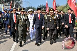 Presiden hadiri peringatan HUT TNI, berjalan kaki tembus kemacetan