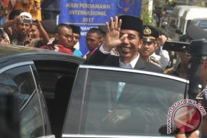 """Jokowi minta masyarakat tidak """"makan"""" mentah-mentah isu di medsos"""