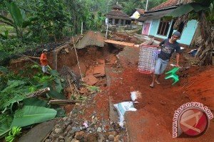 Banjir bandang di Pangandaran sisakan banyak lumpur