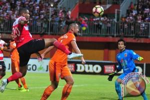 Madura United tunjukkan bukti kelengahan wasit asing