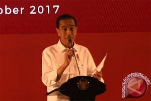 Presiden Jokowi cicipi kopi khas Maluku
