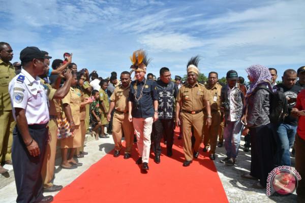Wujudkan energi  berkeadilan, Menteri ESDM resmikan PLTM dan serahkan LTSHE di Papua