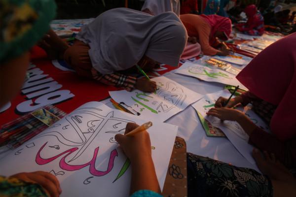 Seratusan seniman ngabuburit dengan melukis kaligrafi Arab