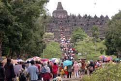 Candi Borobudur Ramai Wisatawan Akhir Tahun
