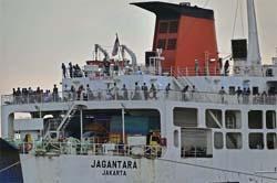 Kapal Mufidah Terkatung-Katung di Pelabuhan Merak