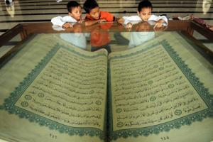Replika Al Qur`an Raksasa Warga Banyuwangi